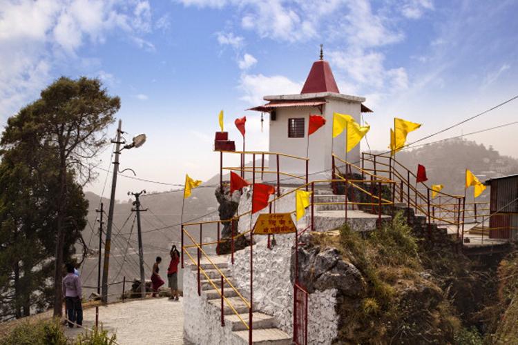 मसूरी के गन हिल पर यह पार्वती मंदिर आस्था का केंद्र है. यह मंदिर काफी ऊंचाई पर बना है. कहते हैं यहां जाने से अखंड सौभग्यवती होने का आशिर्वाद मिलता है.