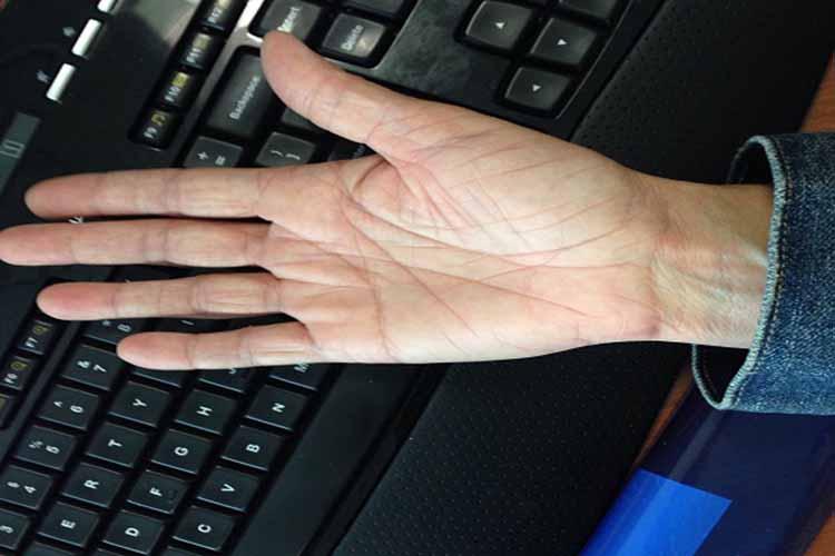यदि भाग्य रेखा हथेली को पार करते हुए मध्यमा उंगली (मिडिल फिंगर) तक जा पहुंचे तो यह अशुभ योग दर्शाती है. ऐसा व्यक्ति खुद की गलतियों से हानि उठाता है.