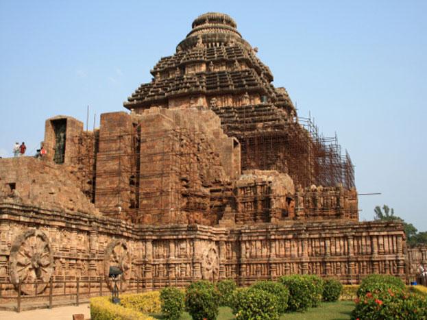 यह भारत का एकमात्र भव्य सूर्य मंदिर है. चूंकि सूर्य स्वयं साक्षात देव हैं, जिनके बिना इस सृष्टि का संचालन नहीं हो सकता. लिहाजा इस मंदिर में स्थापित भगवान के हम साक्षात दर्शन करते हैं.