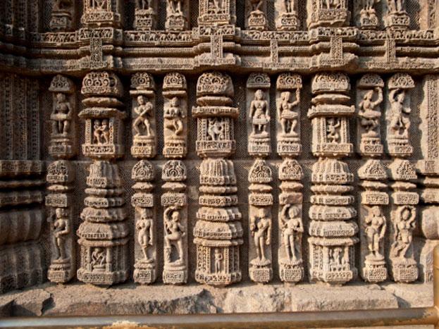 यह मंदिर इतना खूबसूरत है कि इसका बाह्य आवरण और नक्काशी किसी भी पुरातात्विक वास्तुशिल्पीत के विद्वान और शिल्पकला व नक्कावशी के कलाकार को दांतो तले अंगुलियां दबाने के लिए मजबूर कर देंगी.