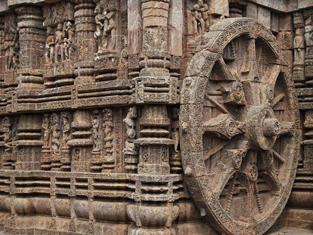 इस मंदिर की कल्पना सूर्य के रथ के रूप में की गई है. रथ में बारह जोड़े विशाल पहिए लगे हैं और इसे सात शक्तिशाली घोड़े तेजी से खींच रहे हैं.7 घोड़े सप्ताह के सातों दिनों के प्रतीक हैं. 12 जोड़ी पहिए दिन के चौबीस घंटे दर्शाते हैं, वहीं इनमें लगी 8 तीलियां दिन के आठों प्रहर की प्रतीक स्वरूप हैं. कुछ लोगों का मानना है कि 12 जोड़ी पहिए साल के बारह महीनों को दर्शाते हैं. पूरे मंदिर में पत्थरों पर कई विषयों और दृश्यों पर मूर्तियां बनाई गई हैं.