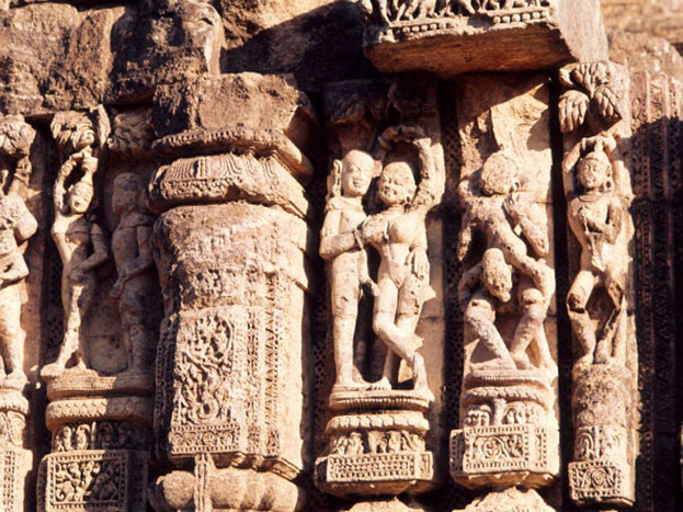 कुछ लोग कहते है कि सूर्य मन्दिर के शिखर पर 52 टन का चुम्बकीय पत्थर लगा था. मंदिर इस चुंबक की वजह से समुद्र की कठोर परिस्थितियों को सहन कर पाता था. पहले, मुख्य चुंबक के साथ अन्य चुंबकों की अनूठी व्यवस्था से मंदिर की मुख्य मूर्ति हवा में तैरती रहती थी. इसके प्रभाव से, कोणार्क के समुद्र से गुजरने वाले जहाज इस ओर खिंचे चले आते हैं, जिससे उन्हें भारी क्षति हो जाती है. इसलिए अंग्रेज़ इस पत्थर को निकाल ले गये. इस पत्थर के कारण दीवारों के सभी पत्थर संतुलन में थे. इसके हटने के कारण, मंदिर की दीवारों का संतुलन खो गया और वे गिर पड़ीं.