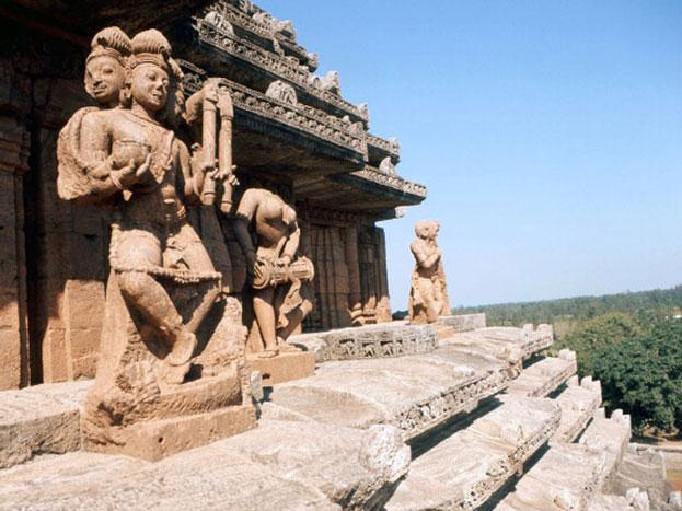 इस मंदिर में सूर्य भगवान की तीन प्रतिमाएं हैं, बाल्यावस्था-उदित सूर्य- जिसकी ऊंचाई 8 फीट है, युवावस्था जिसे मध्याह्न सूर्य कहा जाता है, इसकी ऊंचाई 9.5 फीट है, जबकि तीसरी अवस्था है प्रौढ़ावस्था, जिसे अस्त सूर्य भी कहा जाता है, जिसकी ऊंचाई 3.5 फीट है.