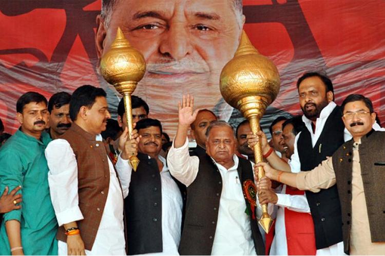 मुलायम सिंह यादव ने यूपी चुनाव के लिए समाजवादी पार्टी के 325 उम्मीदवारों की सूची जारी कर दी है। इसमें प्रदेश अध्यक्ष शिवपाल सिंह यादव द्वारा पूर्व में जारी 176 और अभी मुलायम द्वारा जारी 149 उम्मीदवारों के नाम है। देखें उम्मीदवारों की पूरी लिस्ट...
