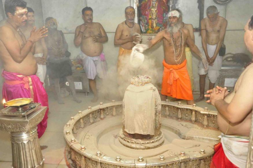 प्रतिदिन सुबह भगवान की भस्म आरती की जाती है. इस आरती की खासियत यह है कि इसमें मुर्दे की ताजा भस्म से भगवान महाकाल का श्रृंगार किया जाता है, लेकिन आजकल इसका स्थान गोबर के कंडे की भस्म का उपयोग किया जाता है.