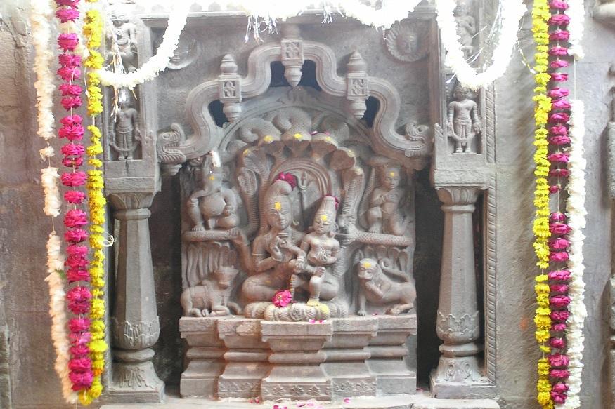 उज्जैन स्थित महाकाल मंदिर के सबसे ऊपरी तल पर स्थित नागचंद्रेश्वर महादेव मंदिर साल में सिर्फ नाग पंचमी के दिन ही खुलता है.