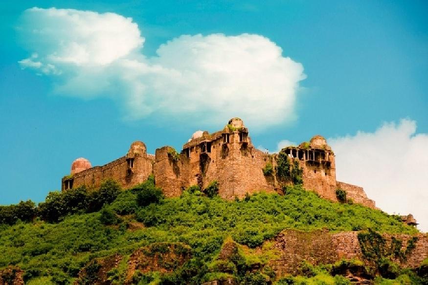 रायसेन किले की पहाड़ी पर स्थित भगवान शिव के इस मंदिर को सोमेश्वर धाम के नाम से जाना जाता है. इस प्राचीन मंदिर का निर्माण 12वीं सदी में किया गया था.