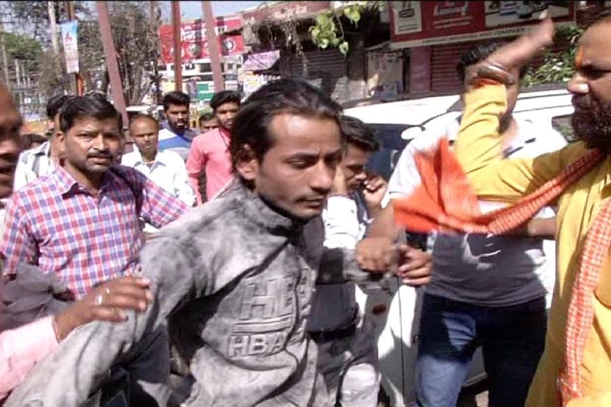 राहगीरों का आरोप है कि दोनों युवक युवती को जबरिया बाइक पर बैठाने की कोशिश कर रहे थे. लड़की का विरोध देखकर भीड़ ने दोनों मनचले की जमकर पिटाई लगाई.