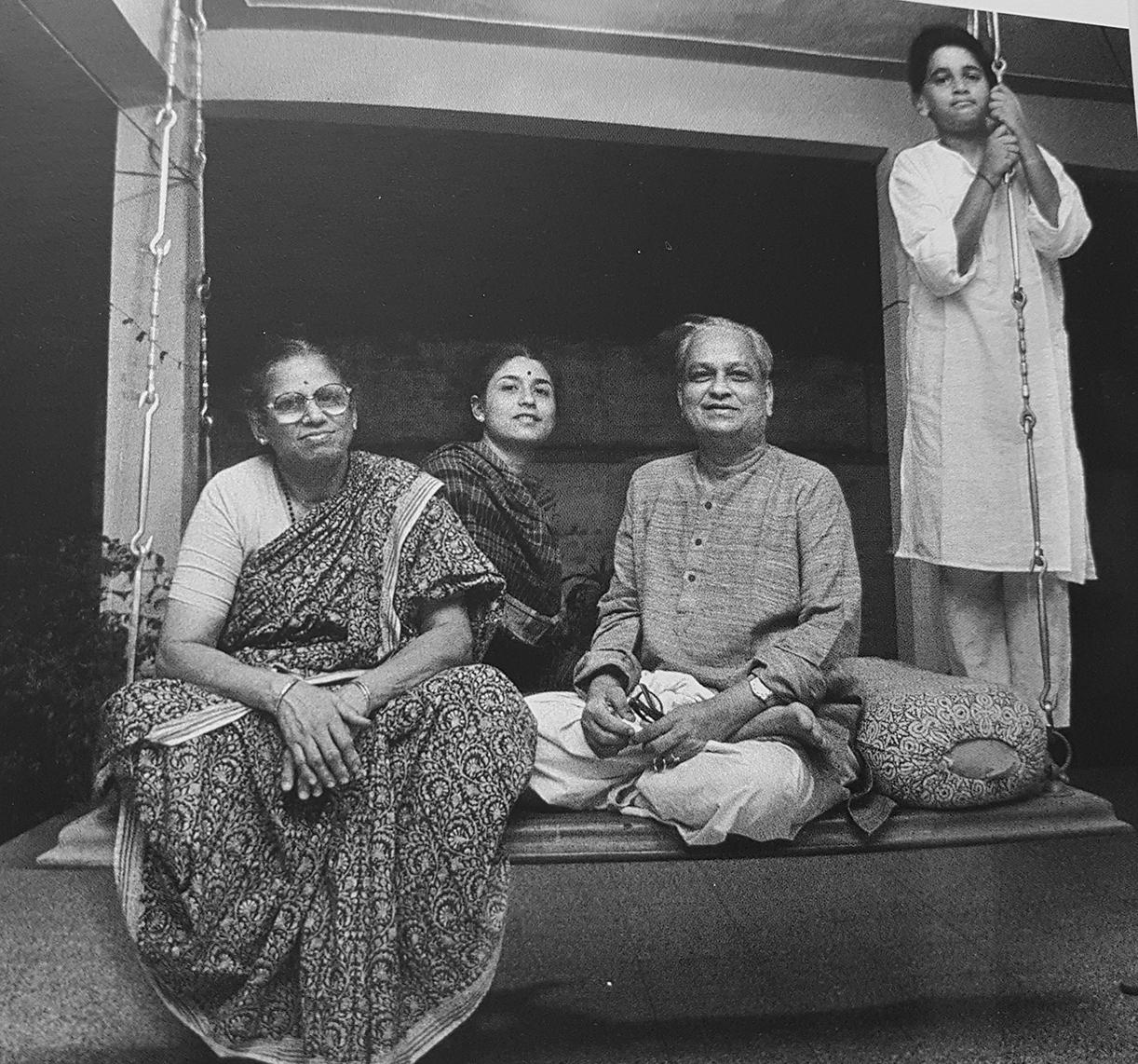 (चित्र : पत्नी वसुंधरा, बेटी कलापिनी और पोते भुवनेश के साथ कुमार जी)