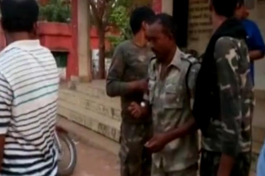 VIDEO: नक्सल अभियान से लौट रहा जवान बेहोश, घंटों नहीं मिली एम्बुलेंस