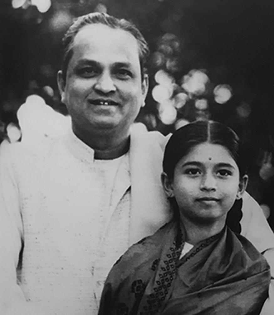 (चित्र : पिता कुमार गंधर्व के साथ कलापिनी)