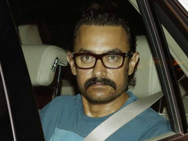 स्कूलिंग ज़रुरी नहीं है, अच्छी परवरिश और अच्छी शिक्षा ज़रुरी, अभिनेता आमिर ख़ान इस बात को कई बार कहते रहे हैं और इसका एक उदाहरण वो खुद को मानते हैं. आमिर ने अभिनय के लिए पारंपरिक स्कूलिंग को 10वी कक्षा के बाद त्याग दिया था और फिर उन्होनें सिनेमा में इतनी बेहतरी हासिल की, कि फिर स्कूलिंग की ज़रुरत उन्हें नहीं पड़ी. image: yogen shah