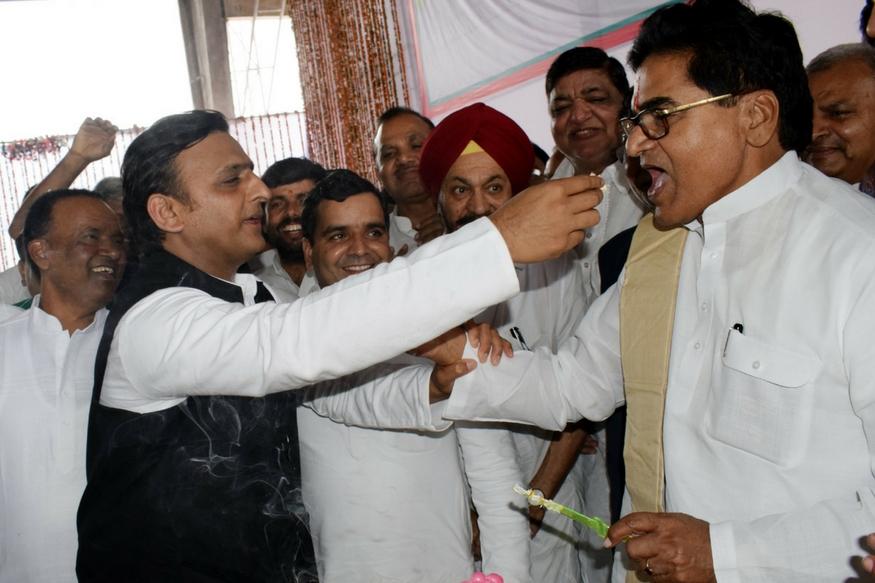 इसके लिए पार्टी के सभी विधायकों और सांसदों को बुलाया गया. पार्टी के प्रदेश भर के जिला अध्यक्षों और पार्टी पदाधिकारियों को भी सैफई पहुचने को कहा गया. आयोजन को सफल बनाने के लिए भव्य इंतज़ाम भी किया गया. Image: News 18 Hindi