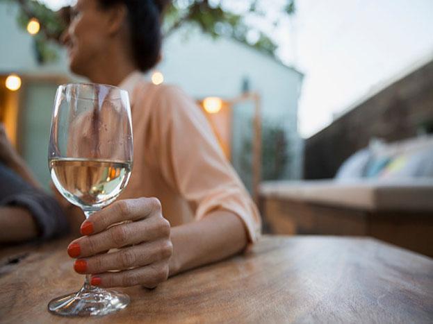 अल्कोहल की आदत: कभी-कभार शराब पीना ठीक हो सकता है, लेकिन लगातार पीना और एक लिमिट के बाहर जाकर पीने की आदत हो जाना आपकी पूरी पर्सनाल्टी खराब करता है. वहीं इसका सोशल इंपेक्ट भी पड़ता है. शराब की लत प्रोग्रेस और ग्रोथ दोनों को रोकती है.