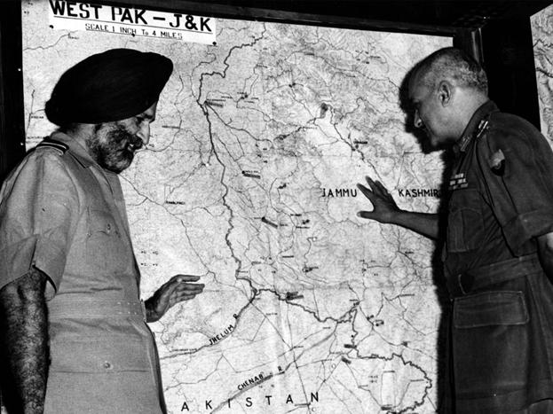 अपने नेतृत्व में भारतीय वायुसेना को दुनिया की चौथी सबसे बड़ी वायुसेना बनाने वाले मार्शल अर्जन सिंह का शनिवार को निधन हो गया. 2002 में उन्हें एयरफोर्स का पहला और इकलौता मार्शल बनाया गया. वे एयरफोर्स के पहले फाइव स्टार रैंक अधिकारी बने. 1965 के युद्ध में भारतीय वायुसेना ने उनके नेतृत्व में पाकिस्तान में घुसकर कई एयरफील्ड्स तबाह किए थे. आगे की स्लाइड्स में देखें उनकी खास तस्वीरें... (PHOTOS: GETTY)