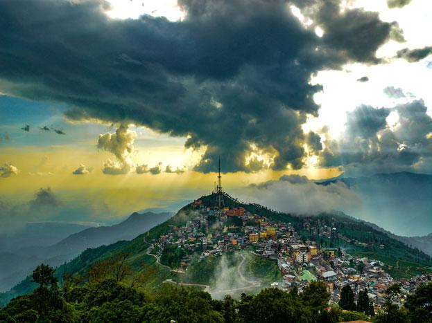 दार्जलिंग: दार्जलिंग पूर्वी भारत का एक शानदार हिल स्टेशन है. यहां की पहाड़ियां, सदाबहार मौसम और वादियां आपकी ट्रिप को शानदार बना देंगी. हर वक्त रहती चहल-पहल के कारण ये शहर गर्ल सोलो ट्रिप के लिए बेहतर विकल्प है.