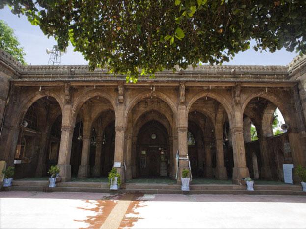 प्रधानमंत्री मोदी और शिंजो आबे के दौरे के चलते इस मस्जिद को शानदार तरीके से सजाया गया है. इस मस्जिद का निर्माण 15वीं सदी में हुआ.