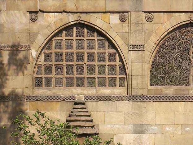 अहमदाबाद के लाल दरवाजा इलाके में स्थित इस मस्जिद में तकरीबन 10 जालिया हैं. इनमें से 7 में पत्थर, पत्तियां, पेड़ की नक्काशियां हैं जो बहुत ही खूबसूरत दिखाई देती हैं.