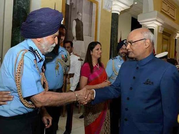 राष्ट्रपति राम नाथ कोविन्द के साथ मार्शल अर्जन सिंह