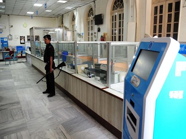 (5) कैश डिपॉजिट: ICICI बैंक समेत कई प्राइवेट बैंकों ने अपनी ब्रांच में कैश डिपॉजिट मशीन भी लगाई है. इसके जरिए आप एक बार में 49,900 रुपए तक जमा कर सकते हैं.