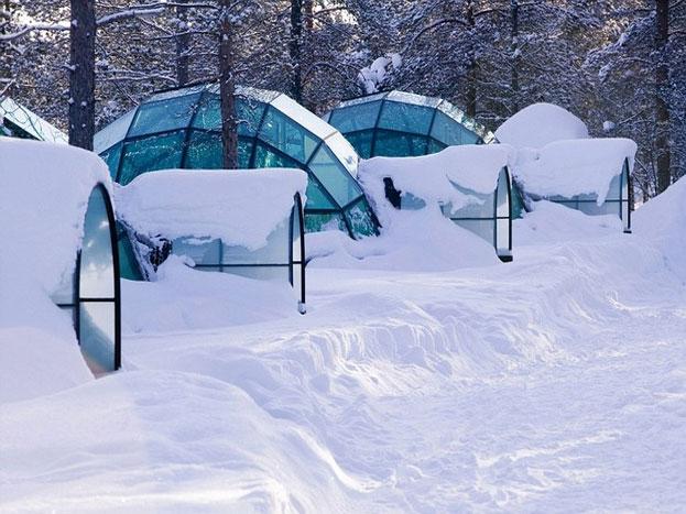 ककस्लॉटनन के आर्कटिक रिसोर्ट के हर इग्लू में 2 बेड हैं, एक टॉयलेट, साथ ही शॉवर भी उपलब्ध है. (Photo: kakslauttanen.fi)