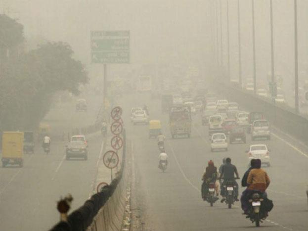 60 पर्सेंट पॉल्यूशन की वजह दिल्ली-एनसीआर में ही है. इसमें ट्रांसपोर्ट, सड़कों पर धूल, कंस्ट्रक्शन साइटों पर धूल, खुले में कूड़ा जलाना, डोमेस्टिक बायोमास, इंडस्ट्री से निकलने वाला धुंआ और डीजी सेट्स शामिल हैं. (फाइल फोटो).