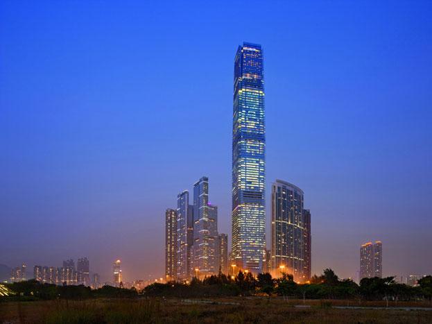 इंटरनैशनल कॉमर्स सेंटर: यह इमारत हॉन्ग कॉन्ग (चीन) में है. 1,588 फीट ऊंची यह इमारत 2010 में बनी थी.