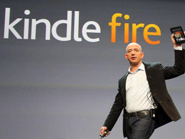 2007 में आया बड़ा मोड़:नवम्बर 2007 में कंपनी ने महत्वपूर्ण मोड़ लिया, जब अमेजन ने अमेजन किन्डल नाम ई-बुक रीडर बाजार में उतारा, जिसके माध्यम से पुस्तक को तुरंत डाउनलोड करके पढ़ा जा सकता था. इससे कंपनी को बड़ा प्रॉफिट हुआ. इससे एक तो किन्डल की बिक्री बढ़ी, दूसरे किन्डल फॉर्मेट में पढ़ी जाने वाली बुक्स की बिक्री भी बढ़ी. ग्राहकों के लिए ये बहुत सुविधाजनक था, क्योंकि अब उन्हें बुक के आने का इन्तजार नहीं करना पड़ता था और मनचाही बुक मिनटों में उनके पास आ जाती थी.