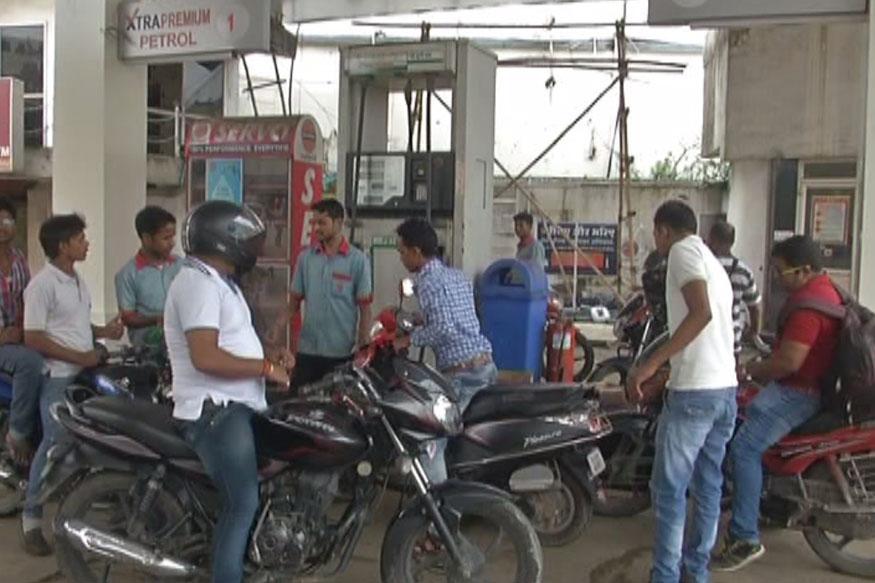 (1) आपको शायद ही यकीन हो कि वेनेजुएला में एक लीटर पेट्रोल की कीमत महज 59 पैसे है. (ये आंकड़े ग्लोबल पेट्रोल प्राइस डॉट कॉम से लिए गए हैं.)