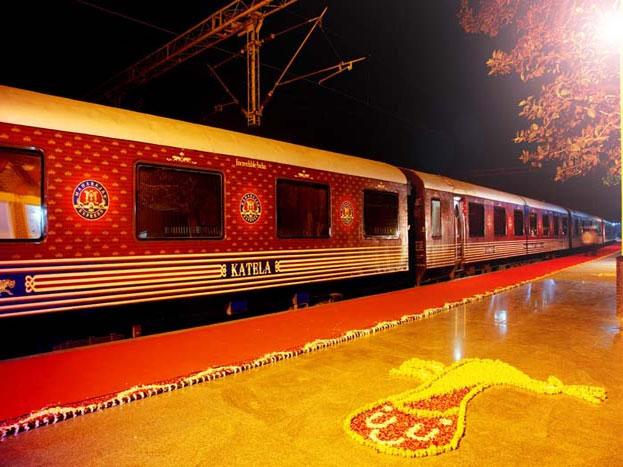 इंडियन रेलवे की एक और खासियत है इसकी शाही महाराजा ट्रेन, जिसका किराया कम से कम किराया 1 लाख पचास हजार से ज्यादा है तो सबसे महंगा टिकट तकरीबन 15 लाख रुपए है. आइए जानते हैं अंदर से कैसी है ये ट्रेन अौर क्या खासियते हैं इस ट्रेन की.