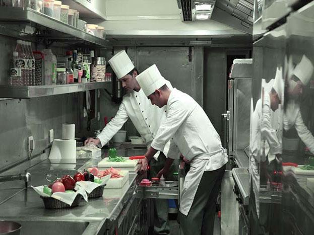 ट्रेन का किचन जहां खाना बनाया जाता है.