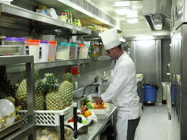 यहां आपको एक्सपर्ट शेफ मिल जाएंगे जो हर तरह का खाना आपके ऑर्डर पर बनाने के लिए हमेशा तैयार रहेंगे.