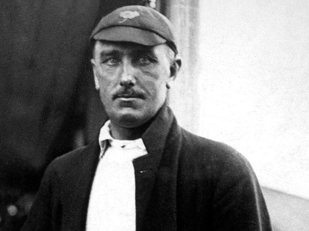 वैसे बात जब उम्र की चली है तो आपके मन में भी ये सवाल आ रहा होगा कि सबसे ज़्यादा उम्र तक अंत्तराष्ट्रीय क्रिकेट खेलने का रिकॉर्ड किस खिलाड़ी के नाम है. इंग्लैंड के विल्फ्रेड रोड्स ने 52 साल की उम्र तक टेस्ट क्रिकेट खेली जो वर्ल्ड रिकॉर्ड है.1930 के दशक में अपना आखिरी मैच खेलने वाले रोड्स ने कुल 58 टेस्ट खेले.