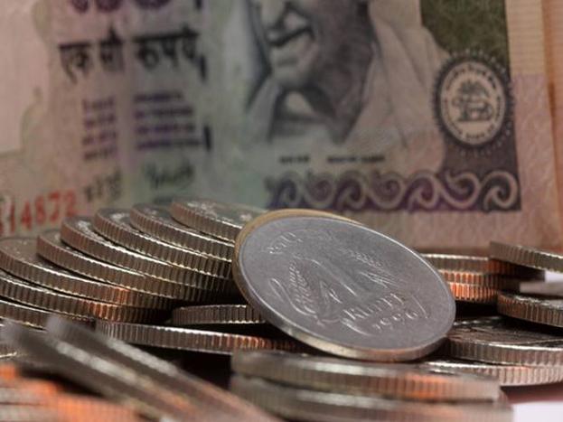 केंद्र सरकार ने केंद्र और राज्य सरकारी कर्मचारियों के लिए तोहफा दिया है. सरकार ने गुरुवार को नेशनल पेंशन स्कीम (एनपीएस) में अपना योगदान बढ़ाकर मूल वेतन का 14 प्रतिशत कर दिया. यह फिलहाल 10 प्रतिशत है. हालांकि कर्मचारियों का न्यूनतम योगदान 10 प्रतिशत बना रहेगा. आपको बता दें कि सरकार आम लोगों के लिए भी नेशनल पेंशन स्कीम चलाती है.इसमें आपको 1000 रुपये लगाकर 2 लाख रुपये मिलेंगे. साथ ही, जीवनभर 5000 रुपये पेंशन मिलेगी. आइए जानें स्कीम के बारे में...