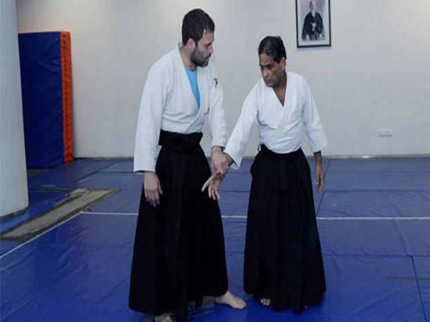 26 अक्टूबर को कांग्रेस वाइस प्रेसिडेंट राहुल गांधी बताया था कि वह मार्शल आर्ट एकिडो के पुराने खिलाड़ी हैं. उन्होंने उसमें ब्लैक बेल्ट हासिल कर रखा है. दरअसल, एकिडो जापान का नॉन अग्रेसिव गेम है.