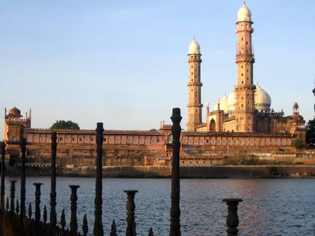 नवाबों का शहर भोपाल भी अपने आप में कई ऐतिहासिक चीजें संजोए हुए है. यहां पर वन विहार, ताज-उल-मस्जिद, जामा मस्जिद, सैर-सपाटा, बड़ा तालाब जैसे कई पर्यटन स्थल मौजूद हैं.