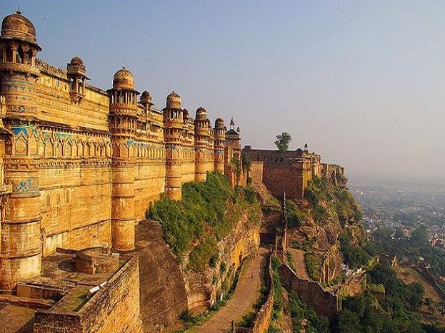 ग्वालियर भी देश और विदेश के पर्यटकों को अपनी ओर खासा आकर्षित करता है. यहां पहाड़ियों पर बने किले से आप पूरे शहर का सुंदर नजारा देख सकते हैं.