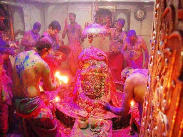 महाकालेश्वर मंदिर भारत के बारह ज्योतिर्लिंगों में से एक है. स्वयंभू, भव्य और दक्षिणमुखी होने के कारण महादेव की अत्यन्त पुण्यदायी महत्ता है. इसके दर्शन मात्र से ही मोक्ष की प्राप्ति हो जाती है, ऐसी मान्यता है.