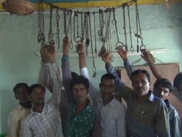 मंदिर के पुजारी शिवनारायण मेघवाल ने बताया कि करीब 50 साल से मंदिर में हथकड़ी चढ़ाने की परंपरा चली आ रही है.