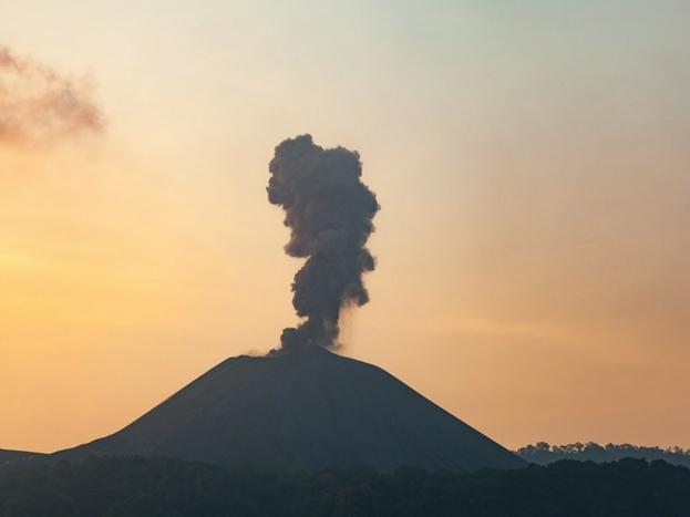 बैरन आइलैंड: बैरन आइलैंड में लोग नहीं रहते. साउथ एशिया का यह इकलौता जीवित ज्वालामुखी है. यहां स्पेशल परमिट बनवाने पर केवल कुछ हिस्सों की सैर की जा सकती है.