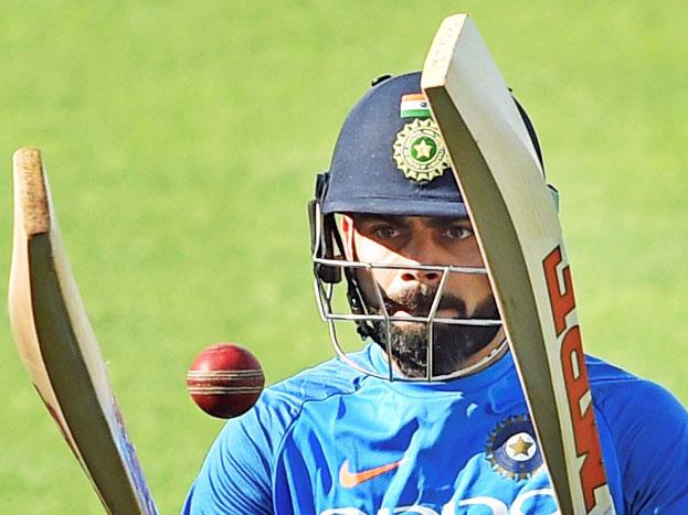 पिछले तीन महीनों से मैदान से बाहर रहे भारतीय टीम के ऑफ स्पिनर रविचंद्रन अश्विन सोमवार को ईडन गार्डन्स स्टेडियम में अपनी फिरकी पर काम करते देखे गए. वहीं श्रीलंका के खिलाफ खेली जाने वाली तीन टेस्ट मैचों की सीरीज़ से पहले अभ्यास सेशन में विराट कोहली ने बाउंसर गेंदों की प्रैक्टिस की.