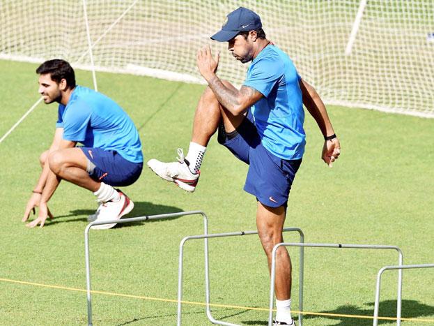 कोहली के अलावा कई और बल्लेबाजों ने भी बाउंसर का अभ्यास किया. भारत, श्रीलंका के खिलाफ घर में तीन टेस्ट, छह वनडे और तीन टी-20 मैचों की सीरीज़ खेलेगी. श्रीलंका टीम के कोच निक पोथस, कप्तान दिनेश चंडीमल और टीम प्रबंधन ने ईडन गार्डंस की विकेट का दौरा किया. श्रीलंका टीम के बल्लेबाजी कोच थिलन समारावीरा, गेंदबाज़ी कोच रुमेश रातनायके और टीम मैनेजर असांका गुरुसिंहा ने पिच का मुआयना किया.