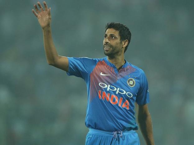 आशीष नेहरा भले ही भारत के महान क्रिकेटर्स में ना गिने जाते हों लेकिन एक मामले में उन्होंने कई दिग्गजोंको पछाड़ा. वो था अपनी शर्तों पर क्रिकेट को अलविदा कहने का. नेहरा के कई साथी खिलाड़ी अब भी घरेलू क्रिकेट में संघर्ष कर रहें हैं जबकि ये साफ है कि टीम इंडिया में उनकी वापसी की उम्मीदें लगभग नामुमकिन है. आगे की स्लाइड्स में एक नज़र ऐसे ही 5 खिलाड़ियों पर.