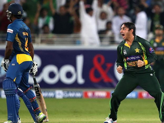 श्रीलंका के खिलाफ 26 रन पर 3 विकेट: एशिया कप में श्रीलंका के खिलाफ 260 रन का लक्ष्य खड़ा करने के बाद अब पाकिस्तान को गेंदबाज़ी का भी जौहर दिखाना था. और अजमल ने वही किया. अजमल ने बिलकुल कसी हुई गेंदबाज़ी की और श्रीलंकाई बल्लेबाज़ों को कोई मौका नहीं दिया. अजमल ने 10 ओवर में शुरुआती 3 विकेट सिर्फ 26 रन पर ही झटक दिए. नतीजा पाकिस्तान के हक़ में रहा.
