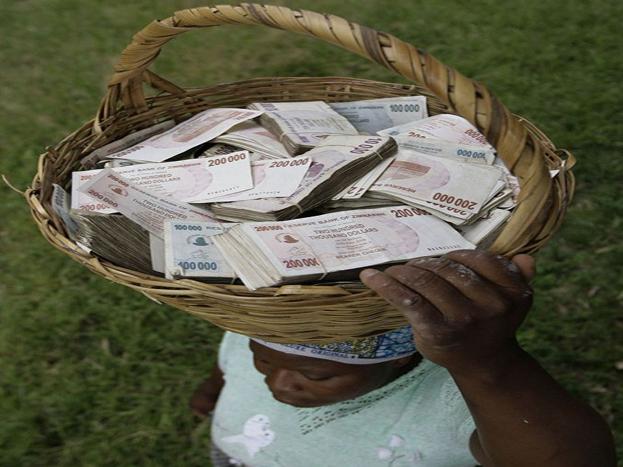 लोग ट्रॉली में नोट भरकर खरीदने जाते थे सामान:कुछ समय पहले जिम्बाब्वे की सड़कों पर ट्रॉली में नोट भरकर खड़े लोग आसानी से दिख जाते थे. दरअसल,यहां महंगाई काफी ज्यादा बढ़ गई थी. इस वजह से लोगों को छोटे से सामान के लिए भी काफी ज्यादा पैसे देने पड़ते थे. वर्ल्ड बैंक की रिपोर्ट के मुताबिक जिम्बाब्वे में इतिहास की दूसरी सबसे ज्यादा महंगाई दर होती थी. हर 25 घंटे में चीजों की कीमतें डबल हो जाती थीं.