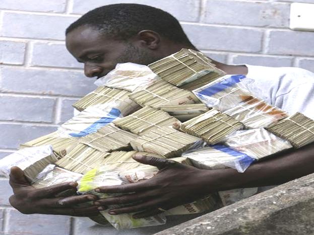 गरीब भी बन गए थे करोड़पति!:जिम्बाब्वे में जिन लोगों को गरीब कहा जाता था,उनके पास भी करोड़ों रुपए हुआ करते थे. लेकिन उसका कोई फायदा नहीं था,क्योंकि उन पैसों की वैल्यू यहां काफी कम थी. उस समय के आंकड़ों पर नजर डालें तो एक हजार लाख करोड़ जिम्बाब्वे डॉलर की कीमत महज 5 अमेरिकी डॉलर रह गई थी. इससे वहां की करेंसी और महंगाई की हालत का पता लगता है.