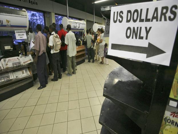 2009 में उठाया ये कदम:सरकार को साल 2009 में हाइपर इनफ्लेशन को नियंत्रित करने के लिए अपनी मुद्रा को छोड़कर अमेरिकी'डॉलर'और दक्षिण अफ्रीकी'रैंड'को आधिकारिक मुद्रा के तौर पर अपनाना पड़ा.