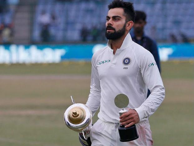 <strong>1. विराट कोहलीः</strong> टीम इंडिया के कप्तान विराट कोहली ने श्रीलंका के खिलाफ तीन टेस्ट मैचों की सीरीज़ में 152.50 के औसत से 610 रन बनाए. वह इससे पहले 2016-17 सत्र में इंग्लैंड के खिलाफ 655 और 2014-15 सत्र में आस्ट्रेलिया के खिलाफ 692 रन बना चुके हैं. वह तीन बार सीरीज़ में 600 से अधिक रन बनाने वाले पहले भारतीय बल्लेबाज़ हैं. श्रीलंका के खिलाफ उन्हें मैन आॅफ द सीरीज़ चुना गया.