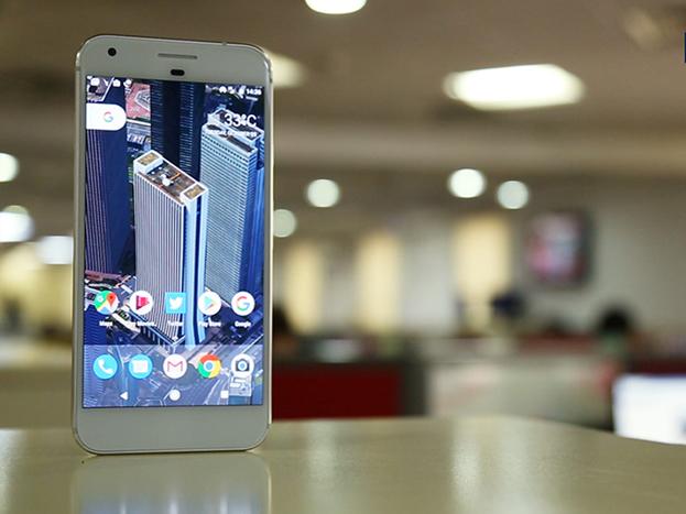 64 जीबी वैरियंट वाले पिक्सेल 2 स्मार्टफोन पर 21 फीसदी का डिस्काउंट मिल रहा है. यह स्मार्टफोन इस सेल में47,999 रुपए में मिल रहा है.