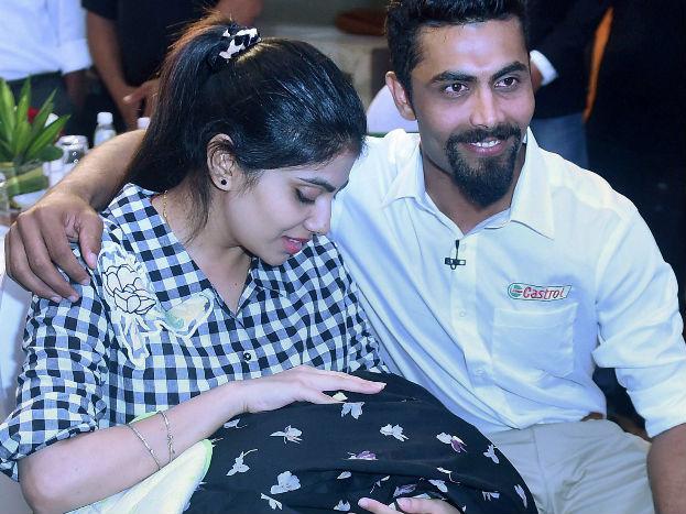 टीम इंडिया के अपने साथियों द्वारा 'सर जडेजा' के नाम से पुकारे जाने वाले जडेजा ने 17 अप्रैल 2016 को रीबा सोलंकी से विवाह किया था, जबकि 8 जून 2017 को इस जोड़ी के जीवन में बेटी ने कदम रखा.